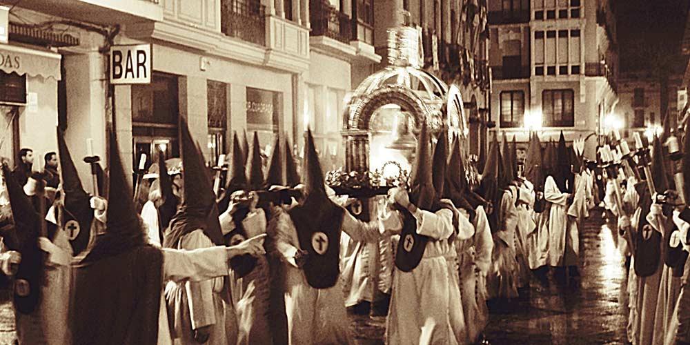 paso de un pebetero de la procesion del silencio en Zamora